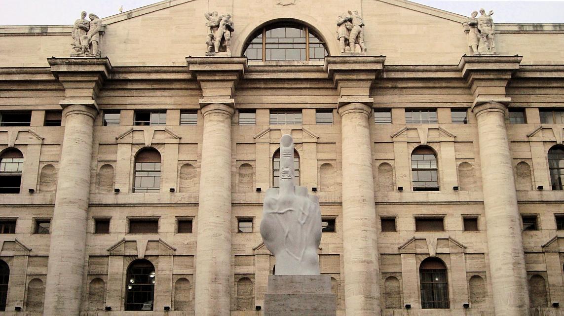 maurizio_cattelan_L.O.V.E._scultura_borsa_milano_2.JPG