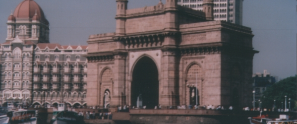 Gateway of India e in secondo piano il maestoso Hotel Taj Mahal