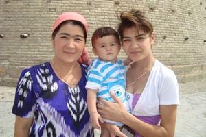 Madre e figlia. Uzbekistan. La psicologia diventa simile nel villaggio globale.
