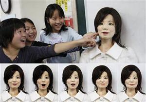 Saya: l'insegnante robot che ride, riprende gli studenti e parla più lingue