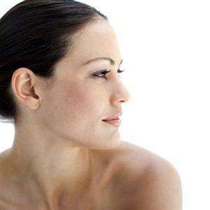 Zigomi rinvigoriti e viso giovane con la malaroplastica